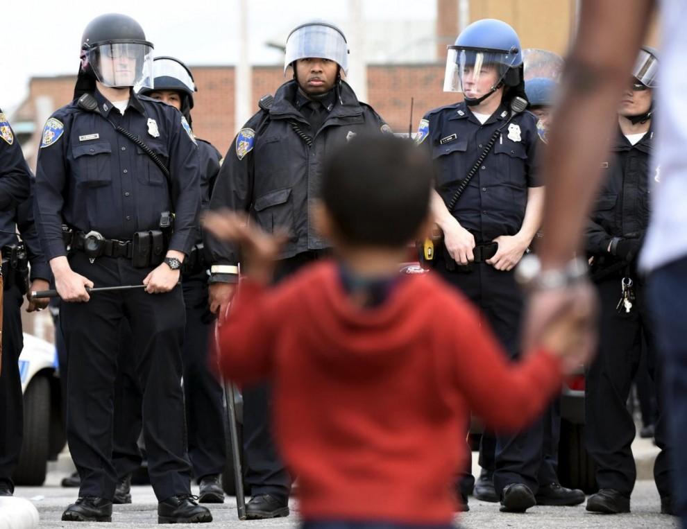 Un bambino tra lo schieramento di rinforzi della polizia in Pennsylvania Avenue
