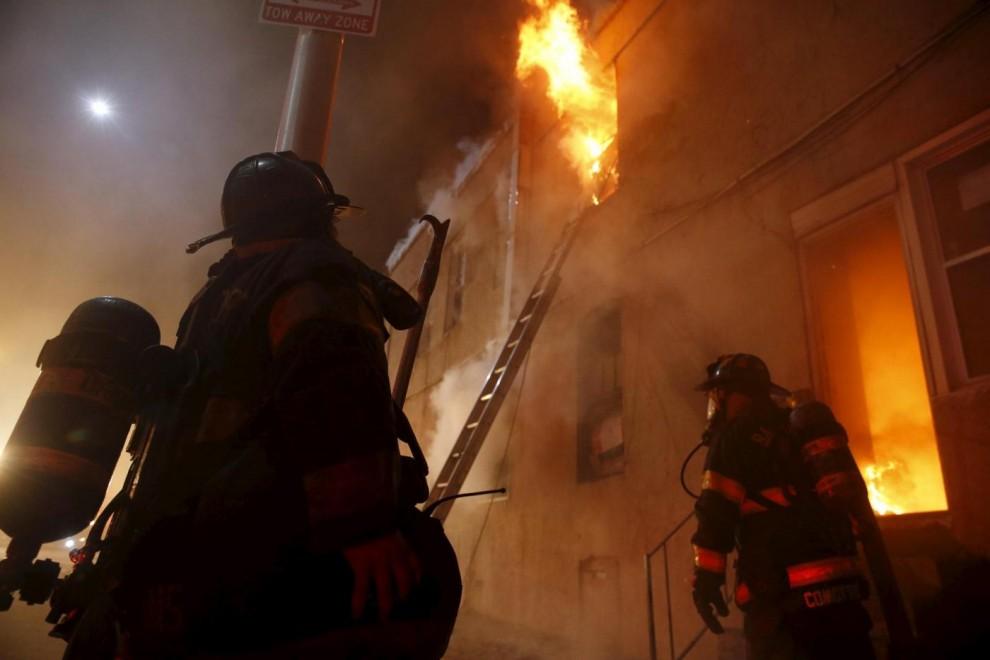 Vigili del fuoco tentano di spegnere incendio nelle strade dove sono esplose le manifestazioni dei rivoltosi