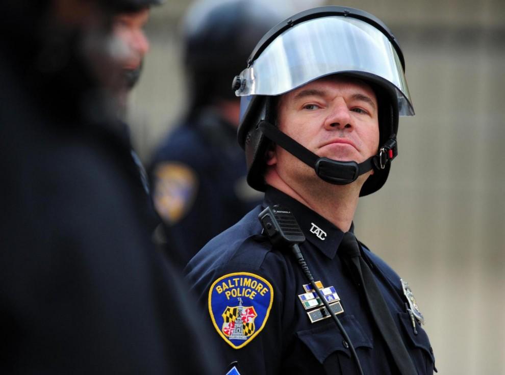 Poliziotti in stato d'allerta fuori lo stadio, prima della cancellazione della partita Chicago White Sox e Baltimore Orioles