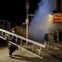 Pompieri accorrono al luogo degli scoppi