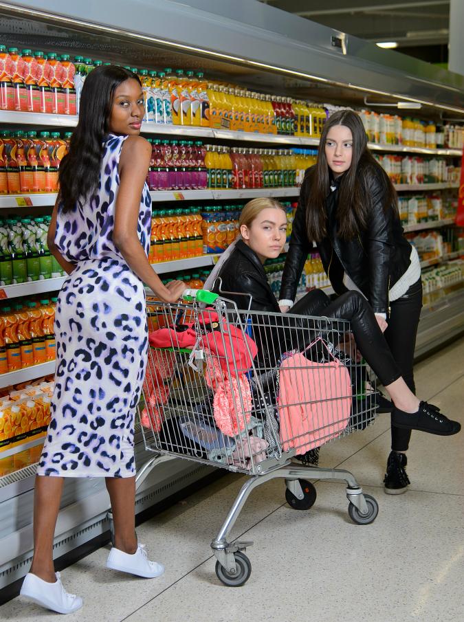 La spesa dei single, 'rimorchiare' nella corsia dei detersivi e fidanzarsi alla cassa: il supermercato come luogo di incontro