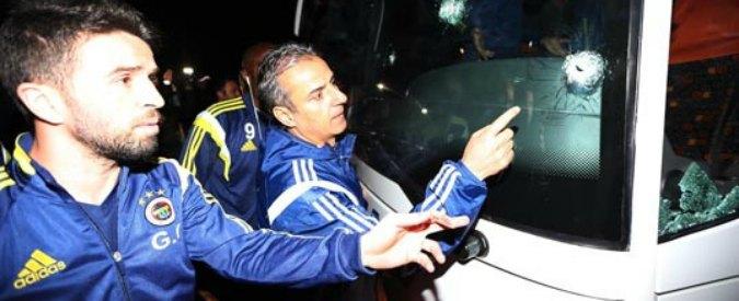 Turchia, spari contro pullman del Fenerbahce: ferito l'autista