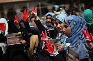 Manifestazione per i palestinesi che vivono rinchiusi nel campo di Yarmouk in Siria.