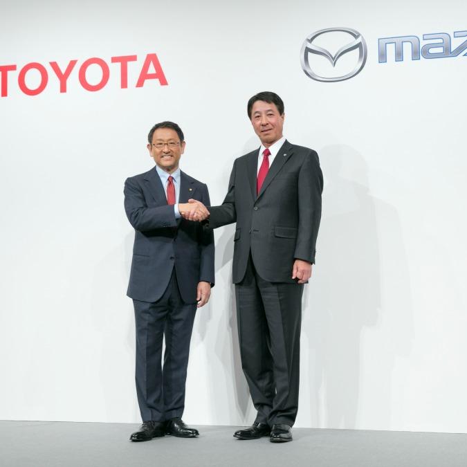 Toyota e Mazda, la stretta di mano: ora collaborano su idrogeno, ibrido e motori