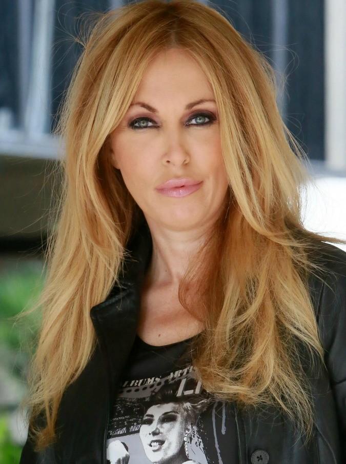 """Roberta Bruzzone querela Virginia Raffaele. La criminologa : """"Imitazione offensiva e maschilista, denigra il mio lavoro"""""""