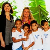 Laura Boldrini e Lidia Urani con alcuni bambini di Para Ti
