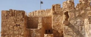 """Palmira, vessillo Isis sventola sulla rocca. Jihadisti nel museo: """"Statue a rischio"""""""