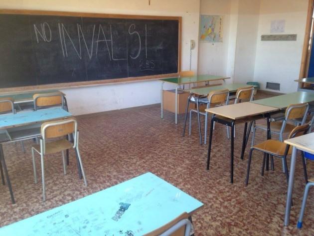 'No Invalsi' sulla lavagna di un'aula