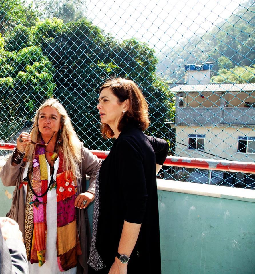 Su una terrazza dell'asilo, davanti alle case della favela
