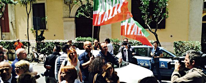 """Regionali Puglia, """"Berlusconi ha la febbre. Arrivo posticipato"""". Ma ad accogliere il Cavaliere non c'era nessuno"""