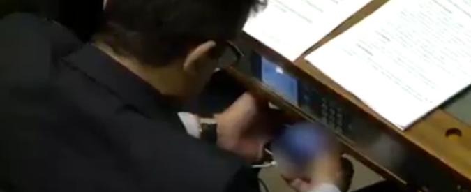 Brasile, deputato sorpreso mentre guardava video porno su smartphone