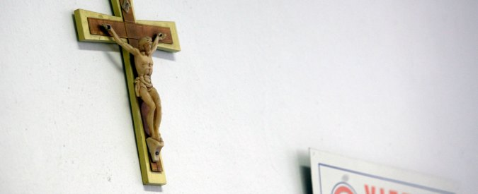 """Vigevano, rimuove il crocifisso in classe: studente sospeso. """"Rischia la bocciatura"""""""