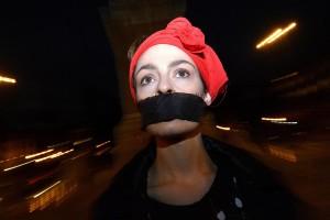 Roma, Piazza del Popolo illuminata di rosso contro la violenza sulle donne