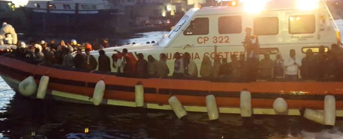 """Migranti, sbarchi in calo """"grazie alla Guardia Costiera di Tripoli che li riporta in Libia"""". Unhcr: """"Lì solo prigioni orribili"""""""
