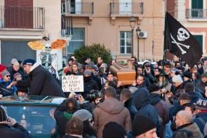 Ilva. Ambientalisti in piazza per funerale di Taranto