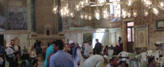 """Biennale Venezia 2015, la chiesa-moschea dura dieci giorni: """"Norme violate"""""""
