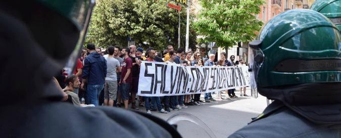 """Regionali Puglia, Salvini: """"Accoglienza stupenda"""". La cronaca: lancio di uova, contestazioni e cariche della polizia"""