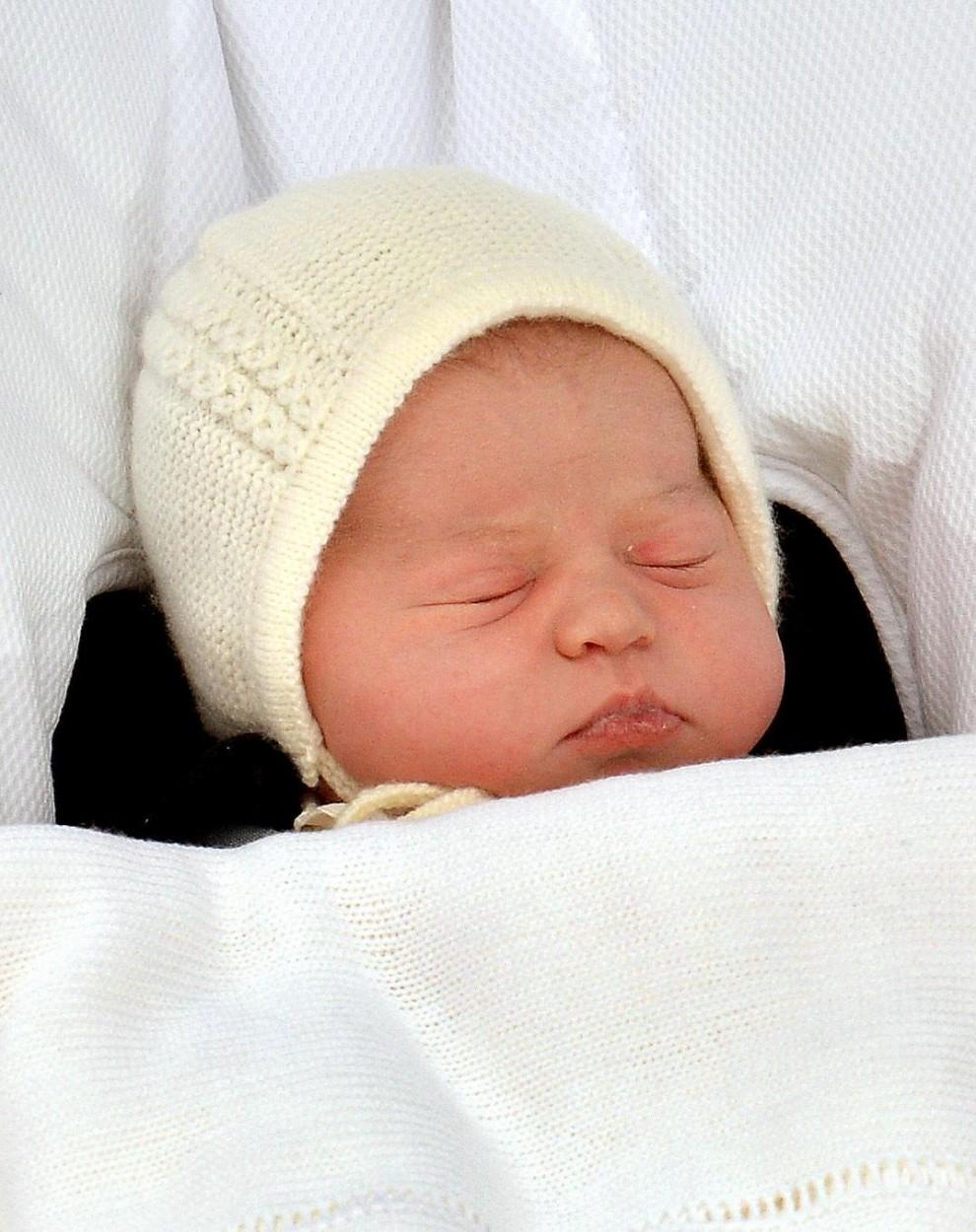 William e Kate escono dall'ospedale con la royal girl
