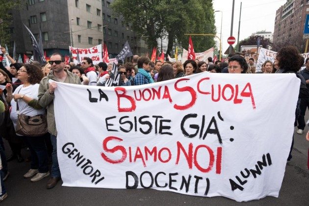 Manifestazione in occasione dello sciopero generale della scuola a Milano