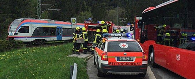 Scontro tra due treni in Austria: morto un macchinista. 'Passeggeri feriti intrappolati'