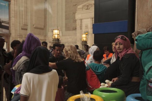 Accoglienza migranti in Stazione Centrale a Milano