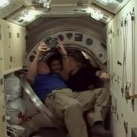 Con i suoi compagni di equipaggio, l'americano Terry Virts e il russo Anton Shkaplerov,  prima di entrare nella navetta Soyuz che li porterà di nuovo sulla Terra, in una foto tratta dall'account Twitter della Nasa.