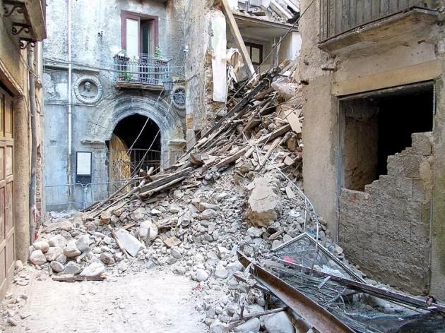 Crollo-di-un-edificio-nel-centro-storico-bruzio_articleimage