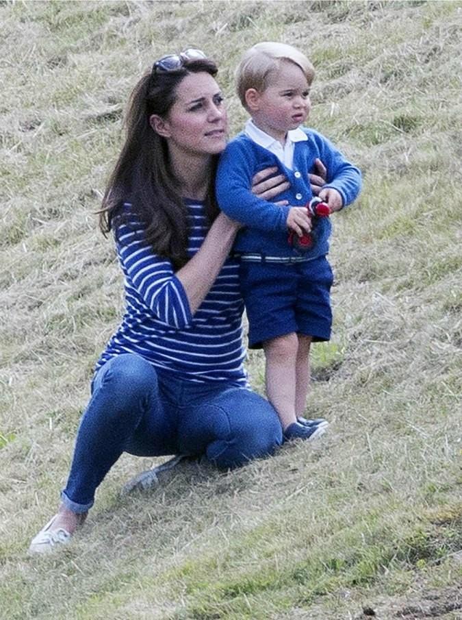 Kate Middleton gioca con il figlio George. E non si preoccupa dei fotografi