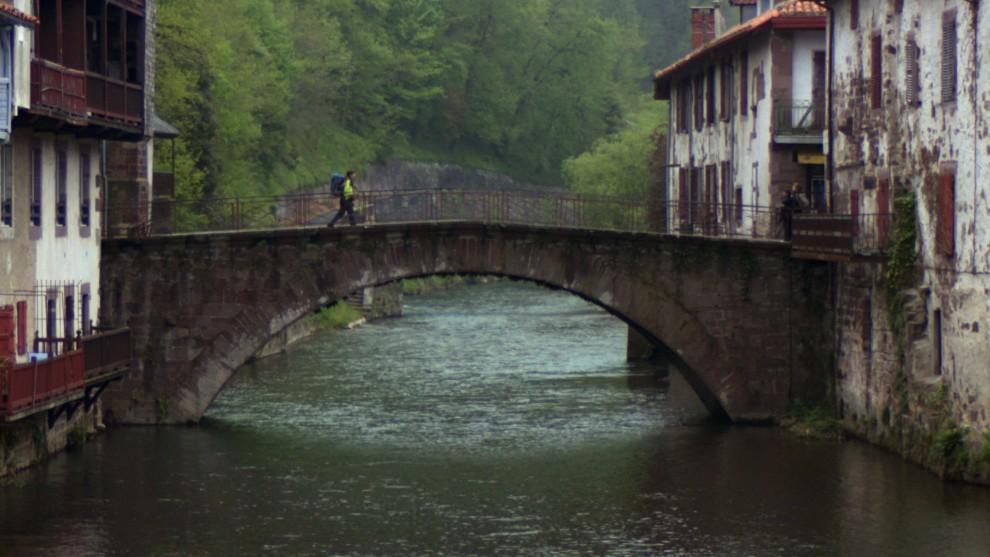 Annie che attraversa il ponte