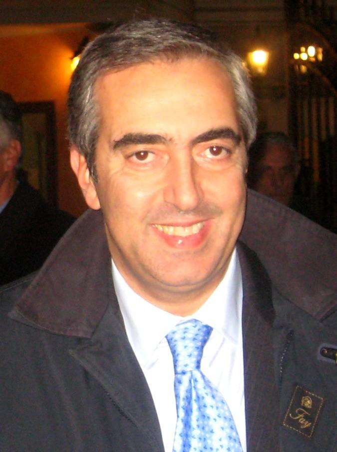 Gasparri denuncia profilo falso su Twitter con una foto ma 'sbuca' la pancia: ed è subito epic fail