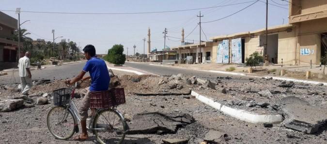 """Iraq, gli sfollati tornano a Fallujah: """"Ma mancano acqua ed elettricità. Città invasa da rifiuti e cadaveri rimasti insepolti"""""""