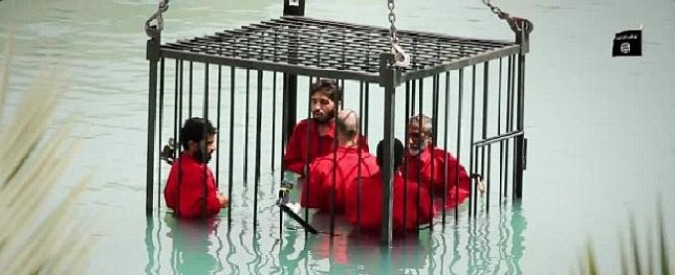 Isis, nuova ferocia in un video: 5 detenuti chiusi in gabbia e lasciati annegare