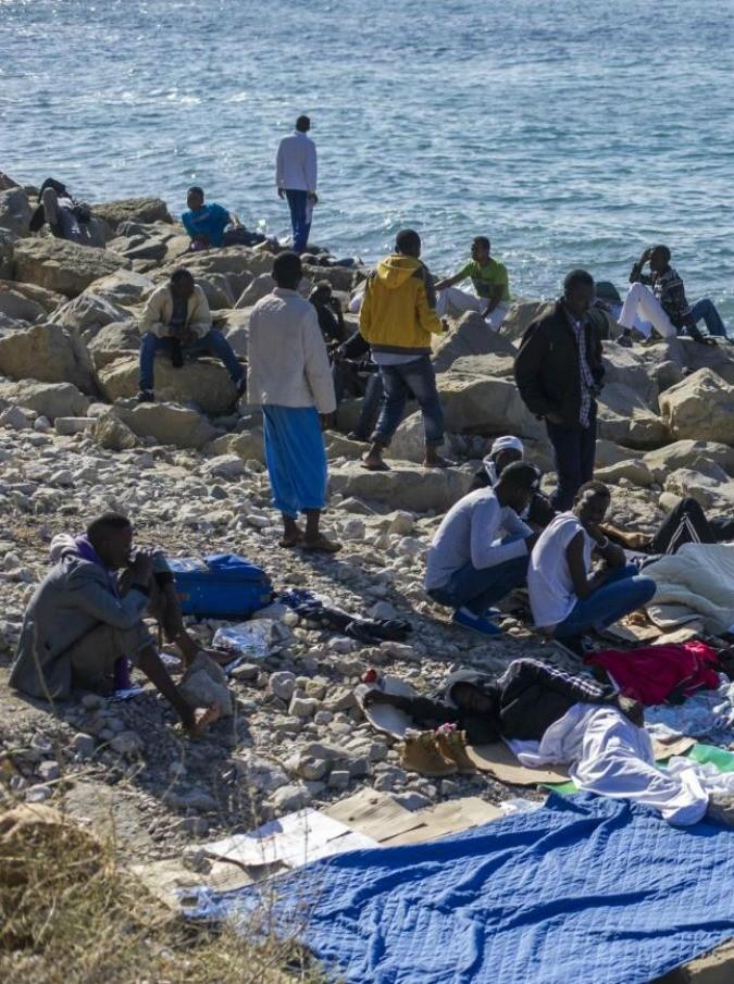 """Migranti, la Francia chiude la frontiera. Ironia e sfottò su Twitter: """"Liberté, egalité, tienilité"""""""