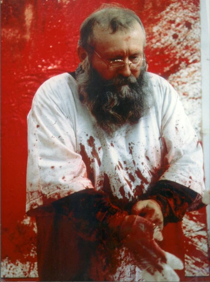 Hermann Nitsch, l'artista che mutila e crocifigge gli animali in mostra a Palermo: una petizione online per fermarlo