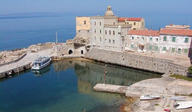 Toscana: l'isola di Pianosa infestata dalle zecche, specchio del nostro turismo (e non solo)