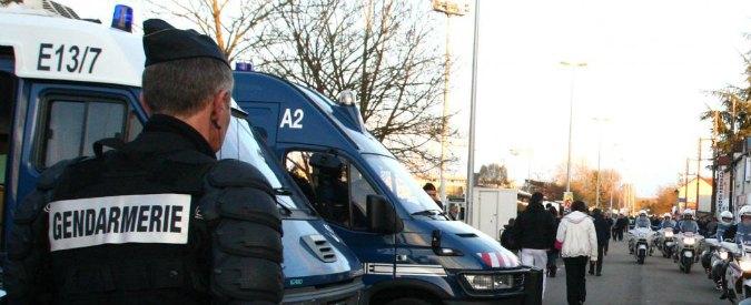 Francia, in auto vietato parlare al cellulare. Auricolari diventano fuorilegge