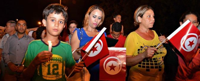 """Sousse, cittadini in piazza contro l'Isis """"Tunisia libera, no al terrorismo"""""""