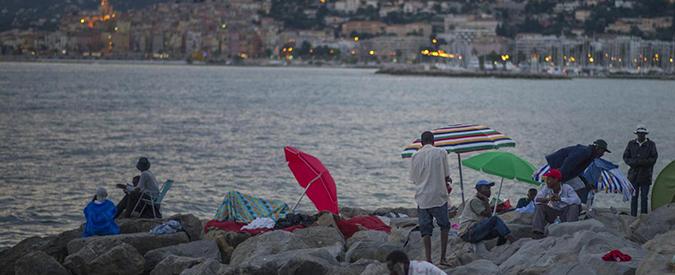 """Ventimiglia, sgombrato un presidio """"no border"""". I migranti tornano sugli scogli"""