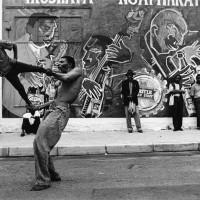 Jodi Bieber Father and son trapeze act, Market Theatre Precinct, Newtown, 1994-2004 stampa ai sali d'argento Courtesy l'artista Collezione Fondazione Cassa di risparmio di Modena