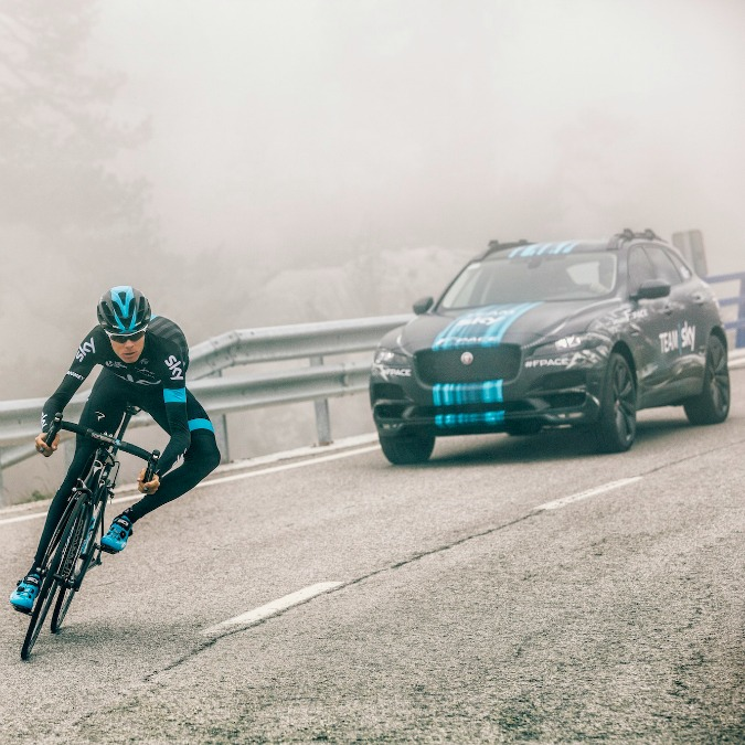 Jaguar F-Pace, il Giaguaro svela la prima Suv alla partenza del Tour de France