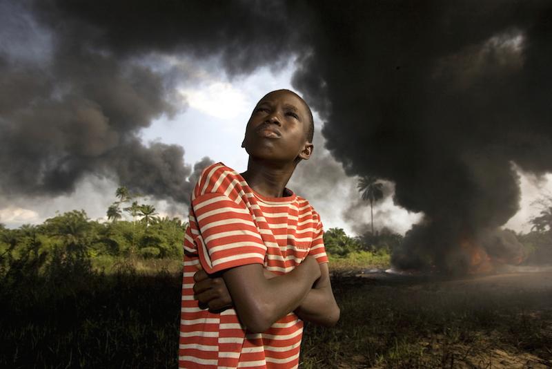"""George Osodi Ogoni Boy, 2007 dalla serie """"Oil Rich Niger Delta"""" courtesy l'artista Collezione Fondazione Cassa di risparmio di Modena"""