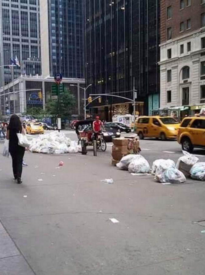 I romani rispondono al New York Times e fotografano l'immondizia per le strade della Grande Mela