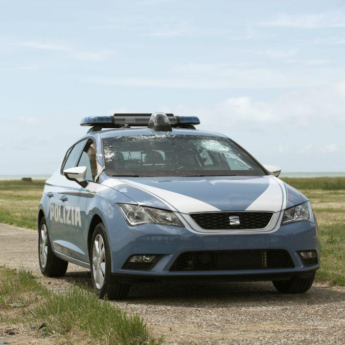 Seat Leon, quante ne deve sopportare l'auto di Polizia e Carabinieri – VIDEO