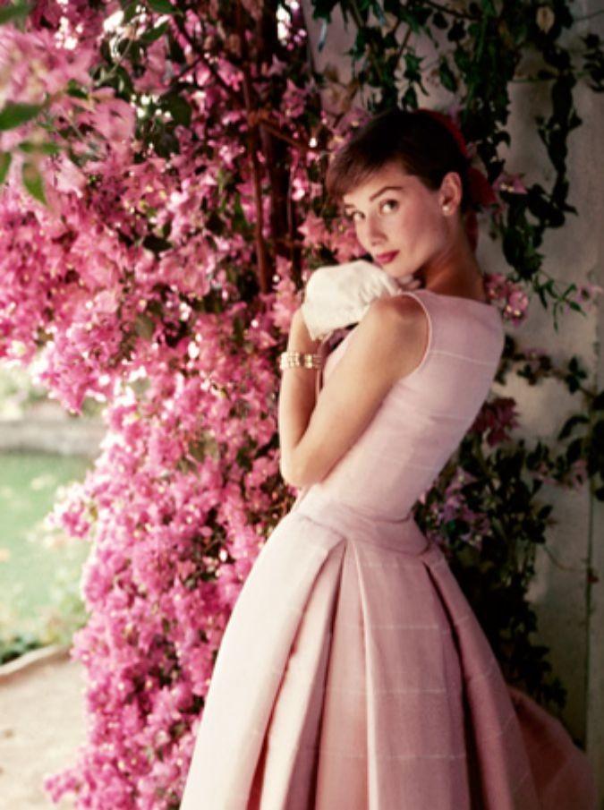 Audrey Hepburn, il fascino straordinario della diva nelle foto di Avedon, O'Neill, Penn