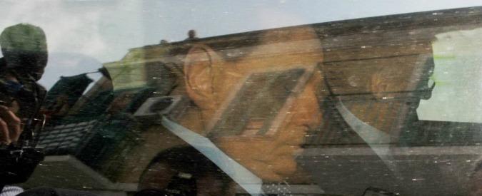 """Caso escort, Berlusconi per due minuti in aula a Bari come teste: """"Non rispondo"""""""