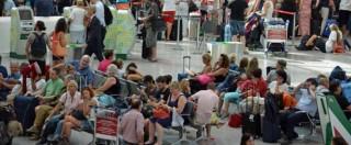 Fiumicino, dopo gli incendi il blackout. Passeggeri infuriati al Terminal 3: intervengono i carabinieri