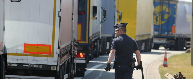 Migranti, a Calais in 1500 invadono l'Eurotunnel: un morto e 200 arresti