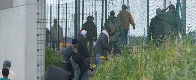Migranti, Regno Unito diviso su accoglienza dopo tre notti di caos a Calais