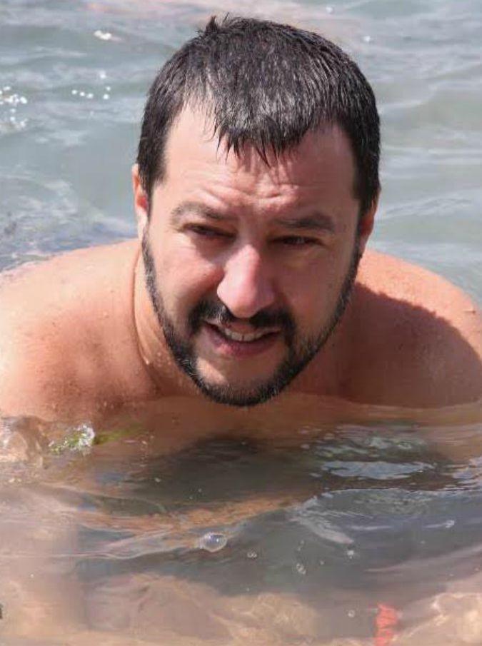 """Matteo Salvini in spiaggia, tra dj set e libri. E i social si scatenano: """"Voleva scrivere qualcosa sulla sabbia e ha portato il dizionario per copiare"""""""