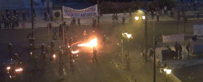 Atene, scontri al corteo contro l'accordo: molotov e lacrimogeni, 50 arresti